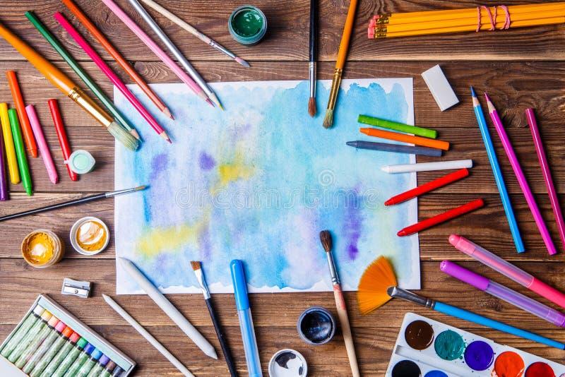 La carta dipinta, le spazzole, pitture, ha colorato le matite e la cancelleria di prosa fotografie stock libere da diritti