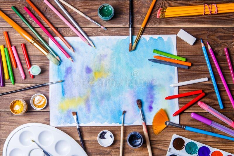 La carta dipinta, le spazzole, pitture, ha colorato le matite e la cancelleria di prosa fotografia stock