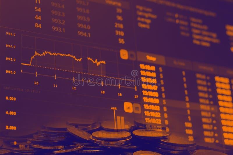 La carta financiera abstracta de los números comunes con el gráfico y la pila de monedas en la exposición doble diseñan el fondo imagen de archivo
