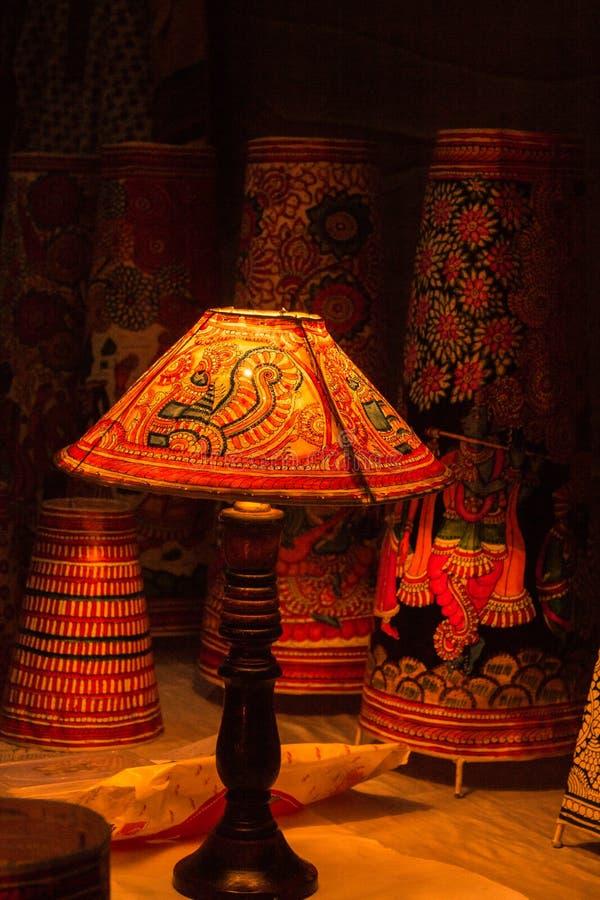La carta indiana della Tabella ha dipinto le lampade con il supporto di legno fotografia stock