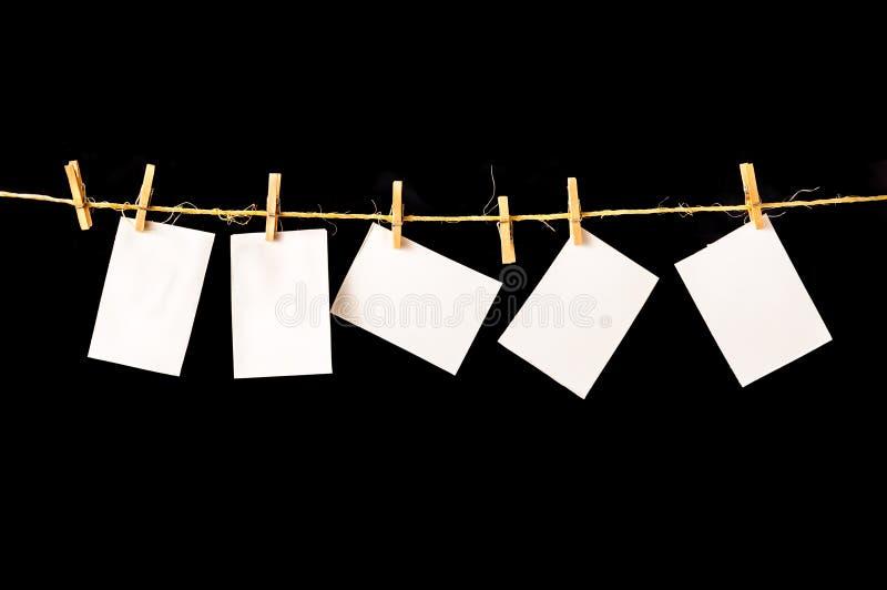 La carta, pezzi di carta in bianco appende sulla corda da bucato fotografia stock libera da diritti