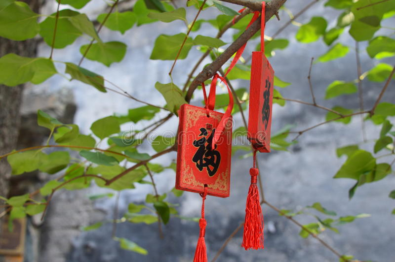 La carta rossa di benedizione appende sull'albero fotografia stock