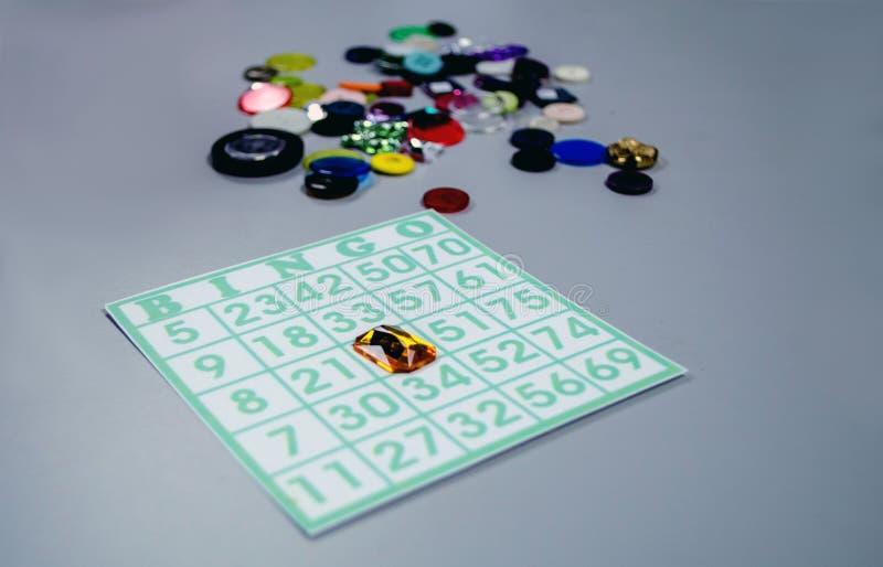 La carte de bingo-test avec le bouton et le faux jewel des marqueurs photos stock