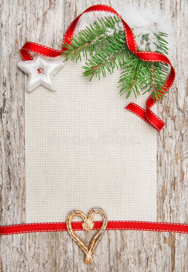 La carte de Noël avec le ruban rouge, l'étoile et le sapin s'embranchent photographie stock libre de droits