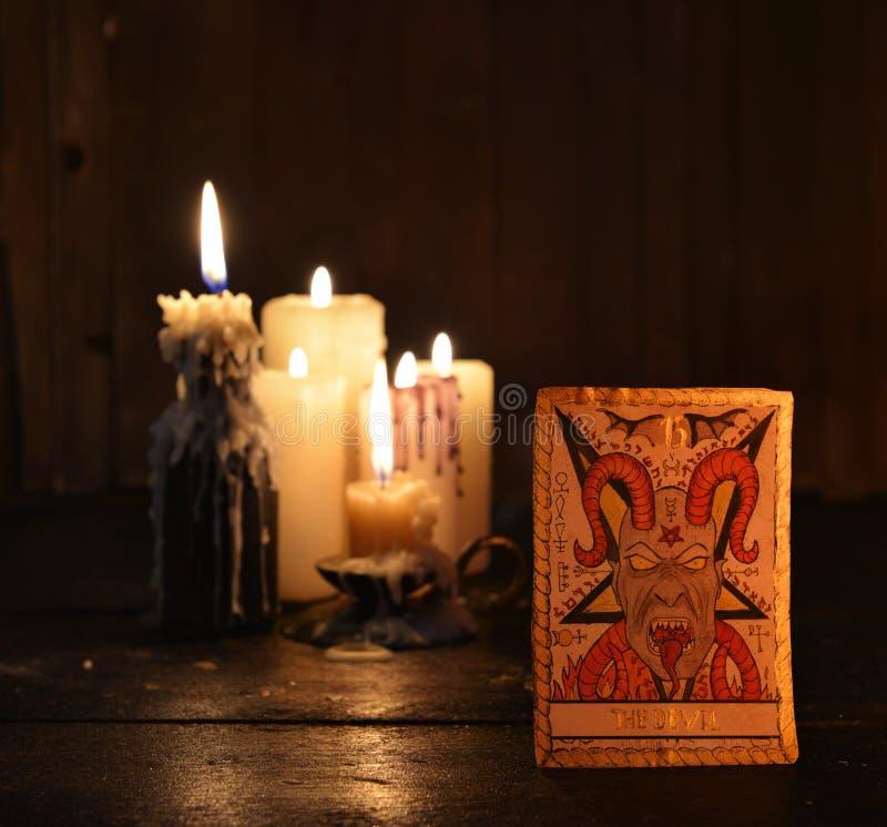 La carte de tarot avec des bougies image stock