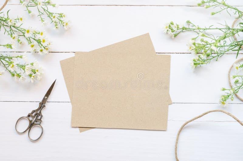 La carte de voeux vierge avec le brun enveloppent photos libres de droits
