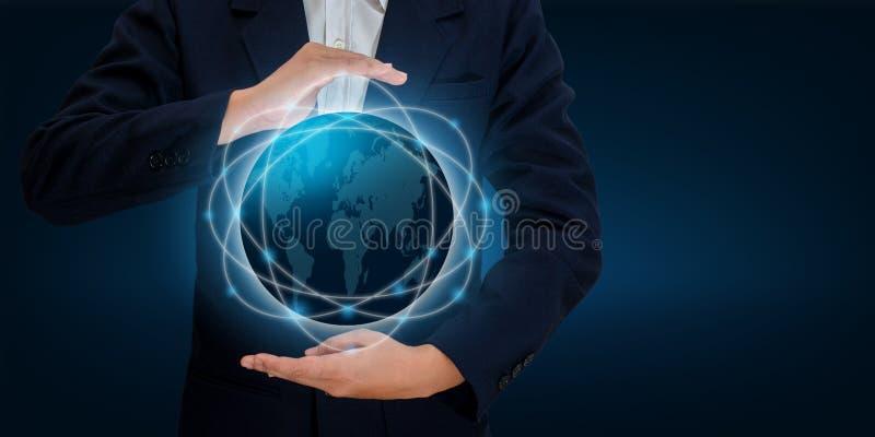 La carte du monde dans les mains d'une technologie de réseau d'homme d'affaires et la communication espacent des données d'entrée illustration stock