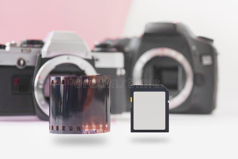 La carte flash montante de mémoire et 35 millimètres de petit pain de film négatif avec DSLR soutiennent dessus photos libres de droits