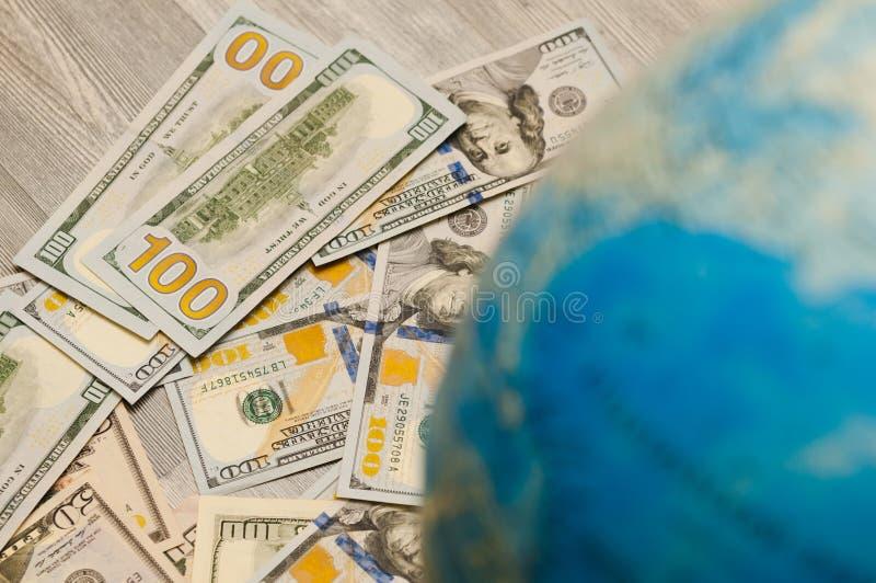 La carte globale est un signe de beaucoup de billets de banque et de factures de divers états globalement en des dollars US photographie stock
