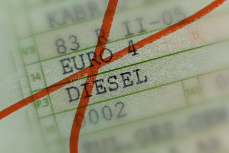 La carte grise a biffé avec le marqueur rouge, voiture sans valeur par le scandale diesel en Allemagne, voitures de tourisme, l'e images libres de droits