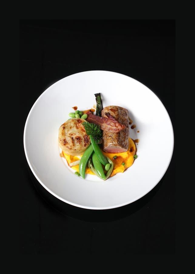A La Carte posiłek na bielu talerzu obraz stock