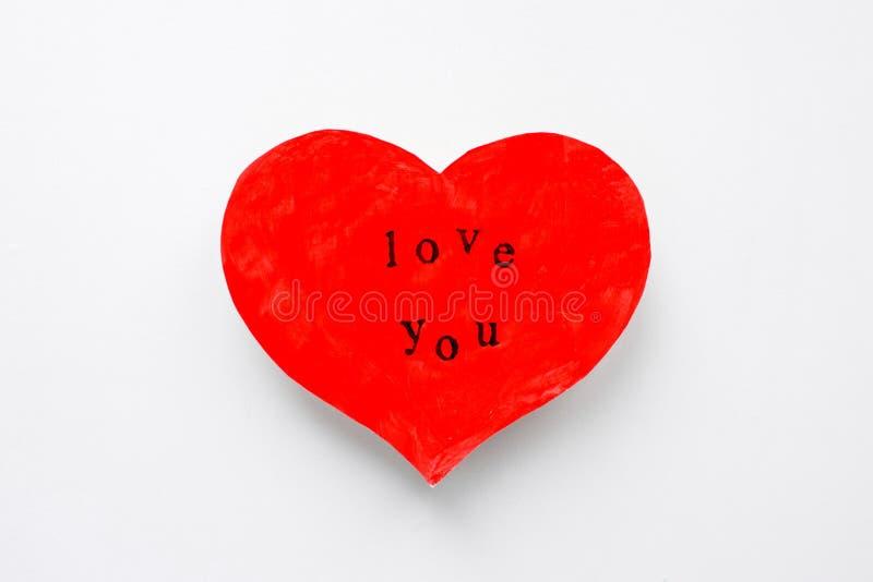 La carte postale de Saint-Valentin sous forme de coeur d'écarlate avec l'inscription vous aiment image stock