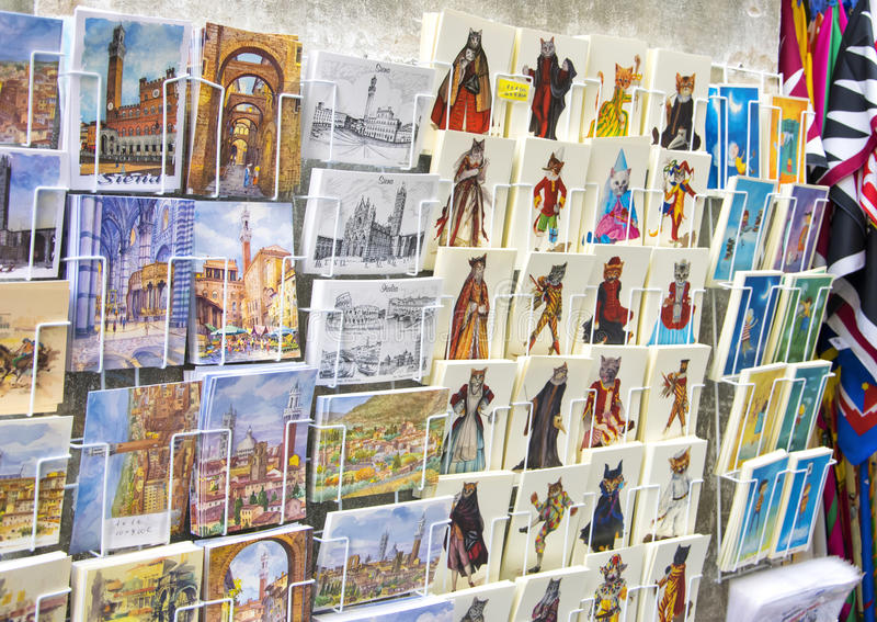 La carte postale et le dessin de vintage font des emplettes à Sienne, Italie image stock