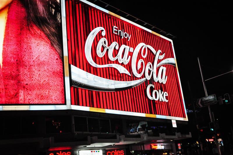 La cartelera de Coca-Cola en la cima de William Street, reyes Cross, Sydney en la noche foto de archivo libre de regalías