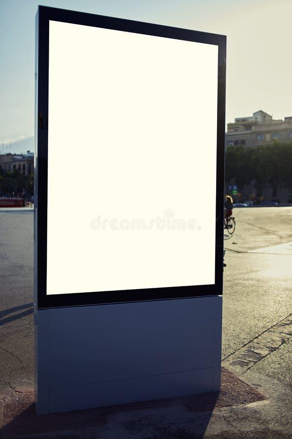 La cartelera de publicidad se coloca en la plaza imágenes de archivo libres de regalías