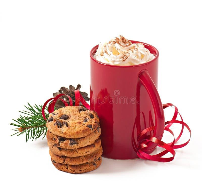 La cartolina di Natale con la tazza di caffè rossa ha completato con panna montata fotografie stock