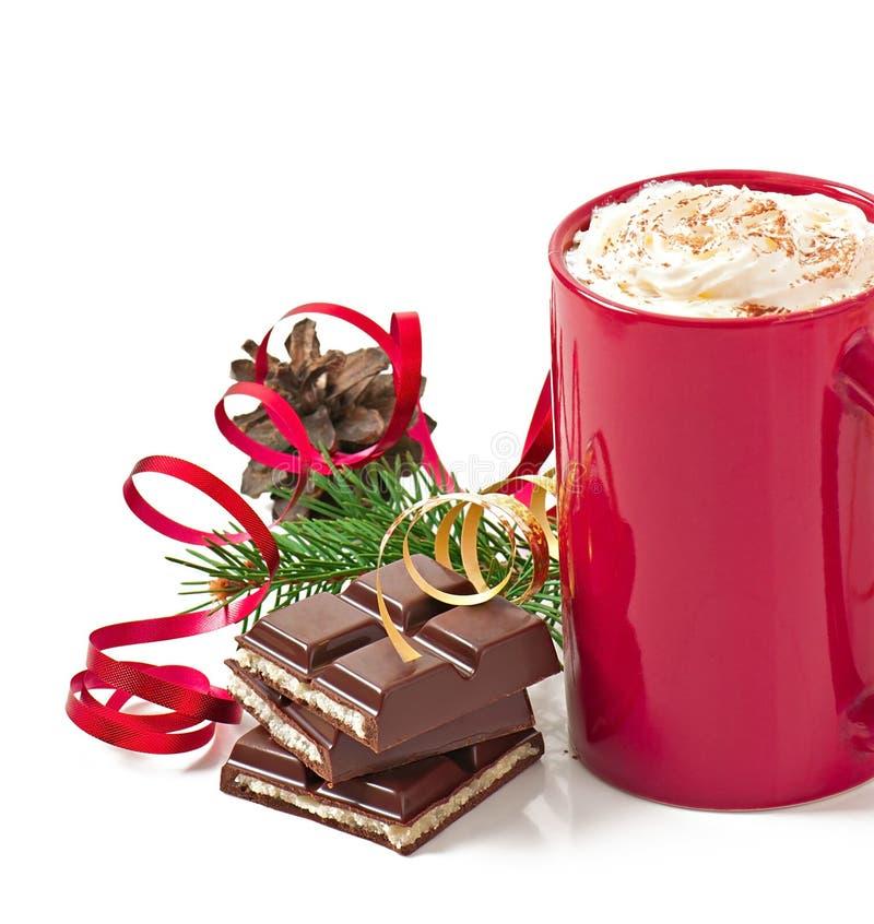 La cartolina di Natale con la tazza di caffè rossa ha completato con panna montata fotografia stock