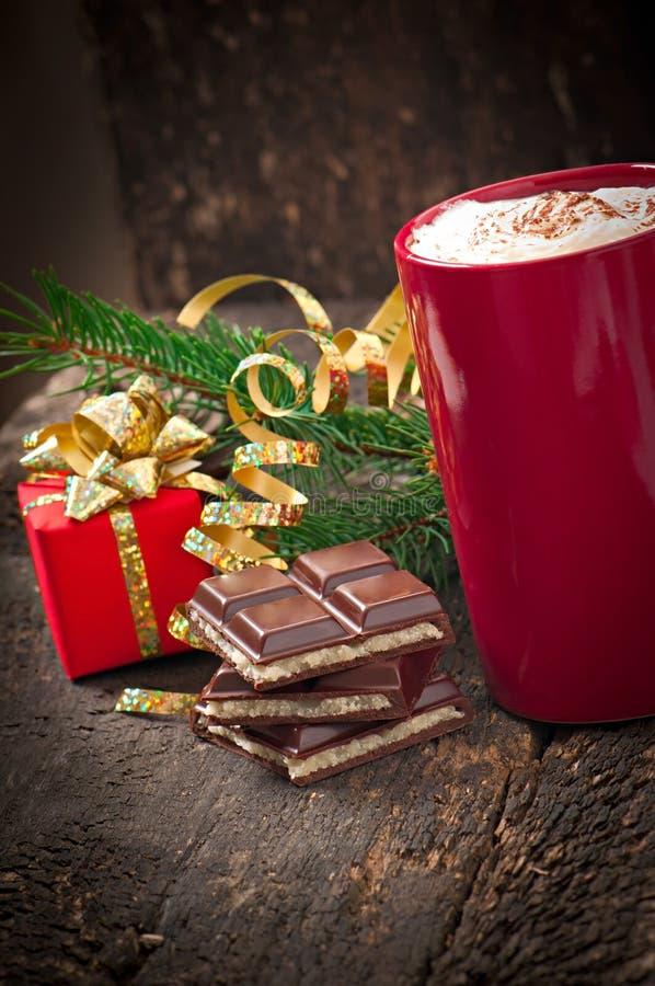 La cartolina di Natale con la tazza di caffè rossa ha completato con panna montata immagine stock libera da diritti