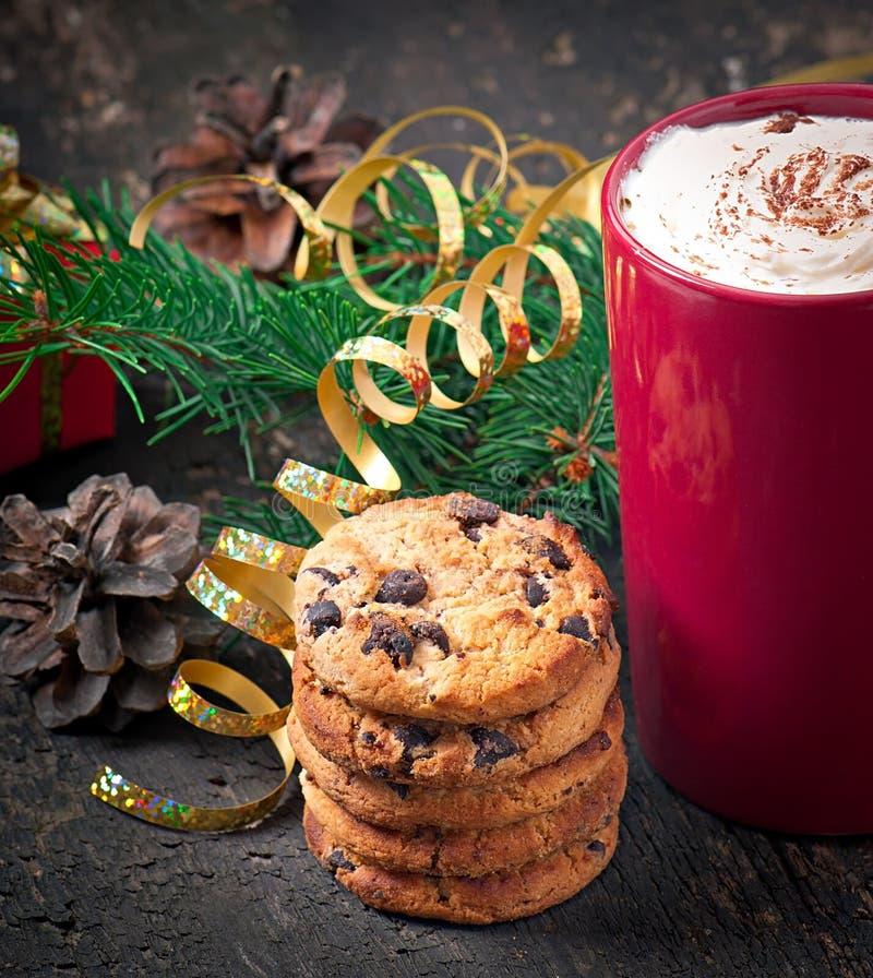La cartolina di Natale con la tazza di caffè rossa ha completato con panna montata fotografia stock libera da diritti