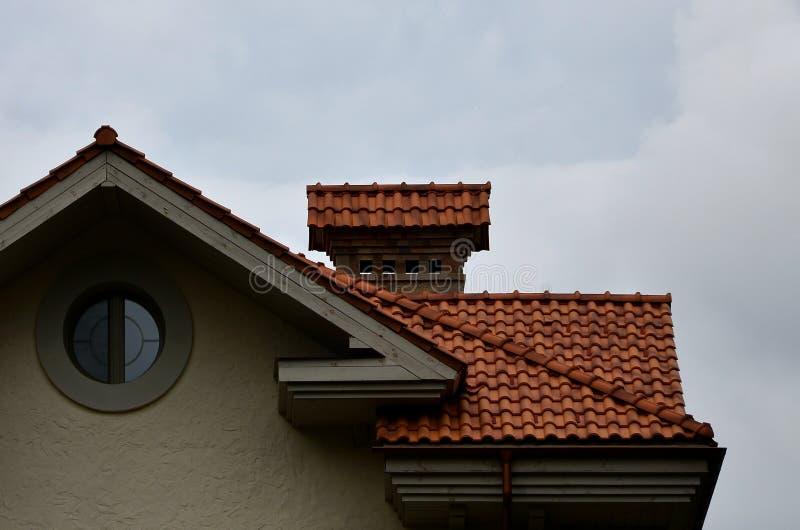 La casa è fornita di tetto di alta qualità delle piastrelle di ceramica Un buon esempio di tetto perfetto La costruzione è attend immagine stock libera da diritti