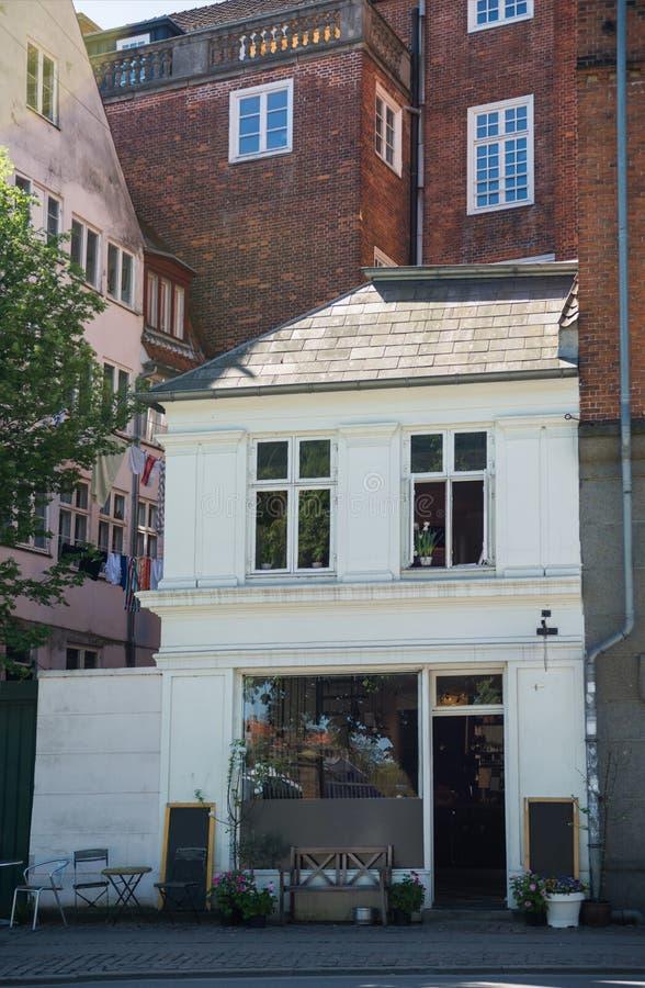 la casa accogliente con lo spazio in bianco imbarca vicino all'entrata sulla via immagine stock