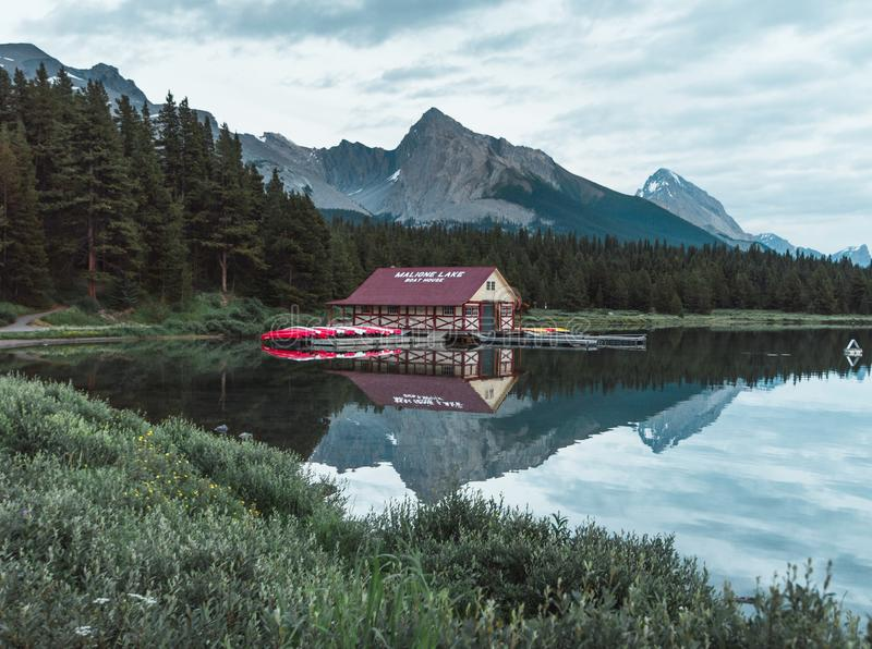 La casa barco en el lago Maligne de Jasper National Park foto de archivo