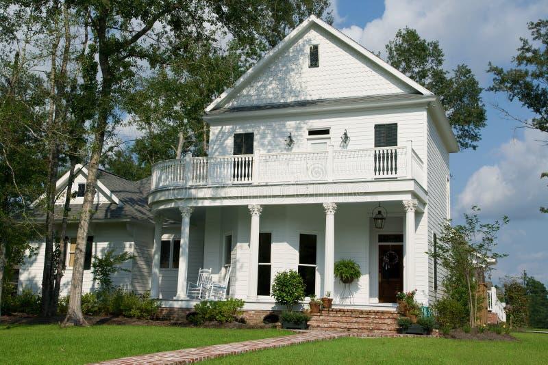 La casa bianca a due piani fotografia stock immagine di for Piani di architetto domestico
