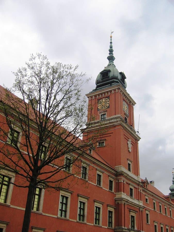La casa con un reloj de pared en una torre en Varsovia. fotos de archivo