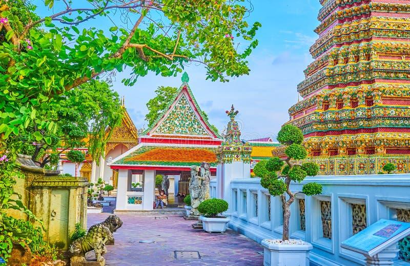 La casa coperta di immagine al complesso della pagoda di Phra Maha Chedi a Bangkok, Tailandia fotografia stock libera da diritti