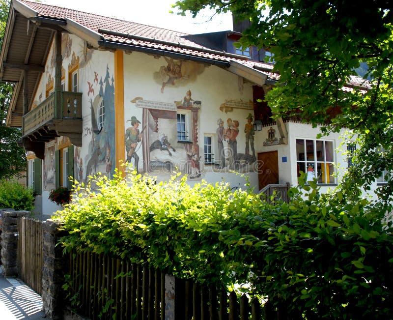 La casa cuenta el cuento de la capa con capucha roja en Oberammergau en Baviera (Alemania) imagen de archivo