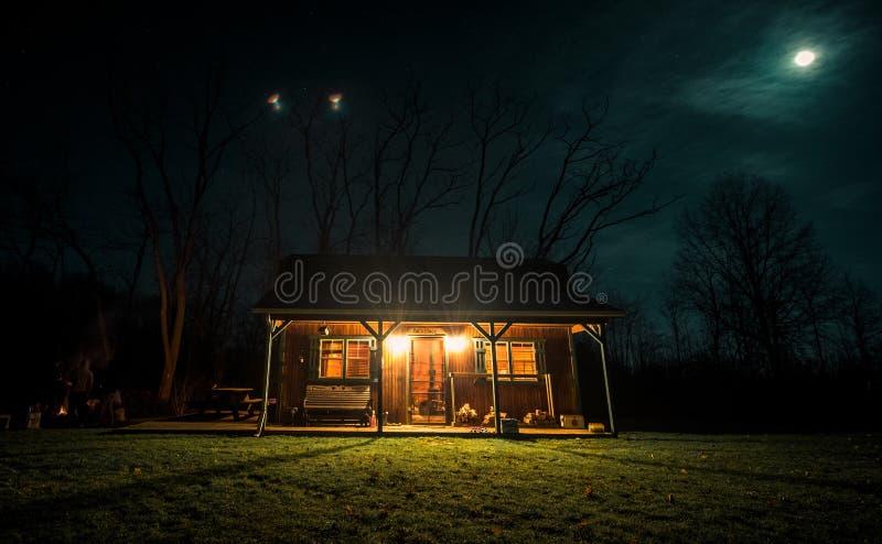 La casa de la cabina en tierra rural en Mesopotamia Ohio imagen de archivo libre de regalías