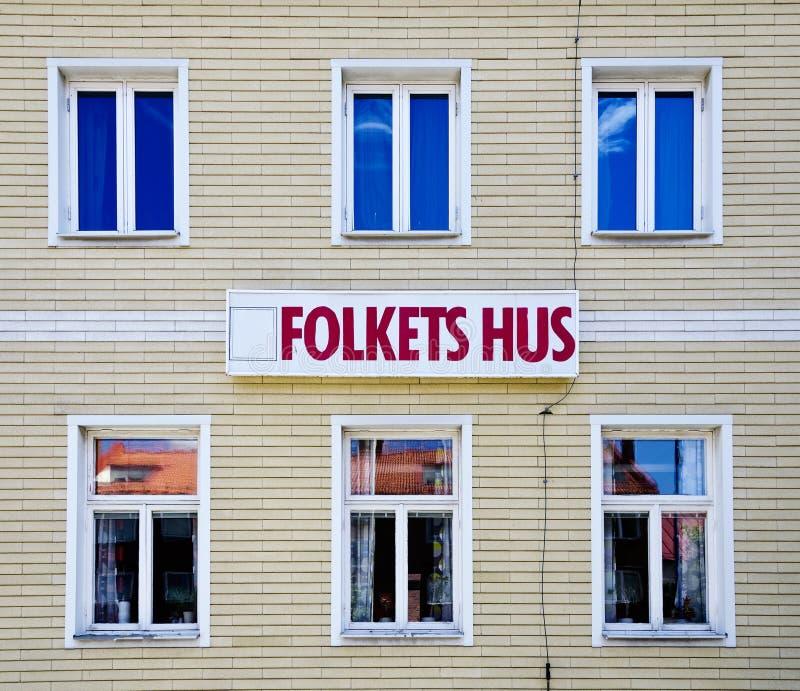 La casa de la gente (Folketshus) en una pequeña ciudad sueca imagenes de archivo