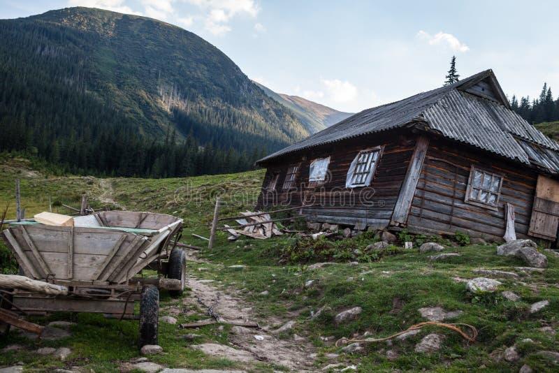 La casa de los pastores en los Cárpatos ucranianos fotografía de archivo libre de regalías
