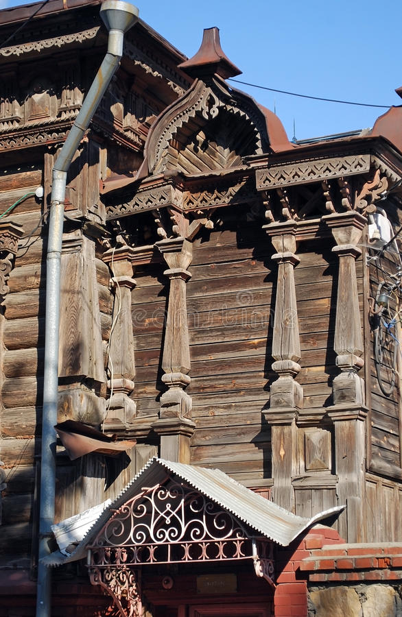 La casa de madera habitada señorial antigua en Karl Marx Street en la ciudad de Syzran Paisaje de la ciudad del verano Región del imágenes de archivo libres de regalías