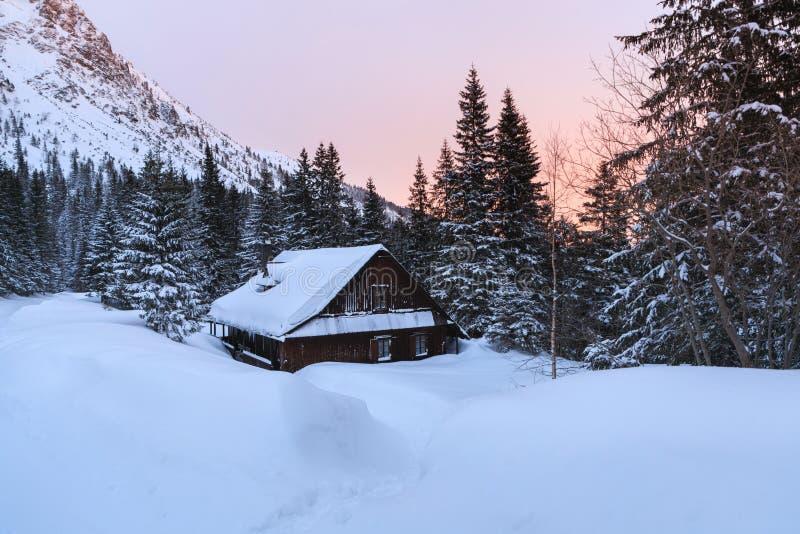 La casa de madera vieja en montañas imágenes de archivo libres de regalías