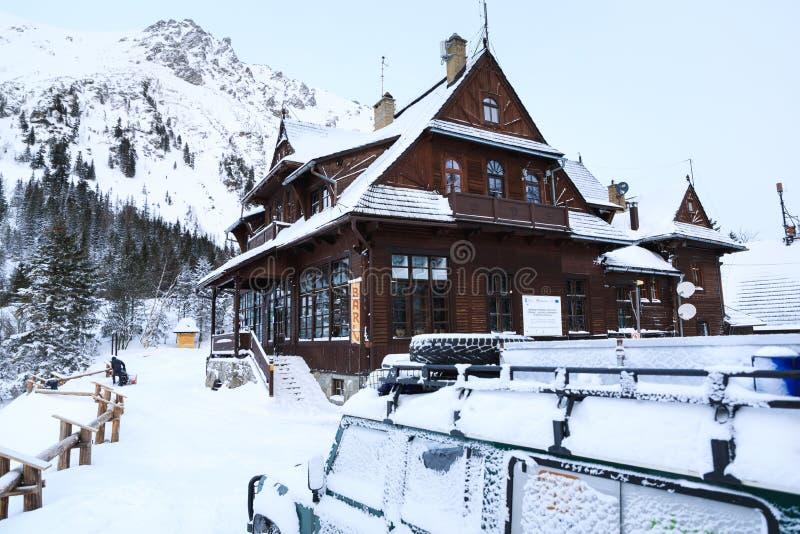La casa de madera vieja en la orilla del lago Morskie Oko imagen de archivo