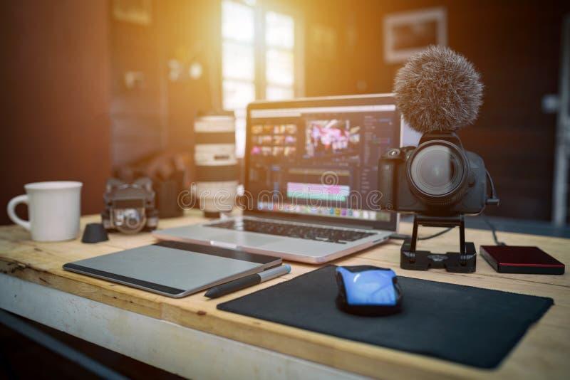 La casa de oficina del estudio la cámara y el abejón del ordenador portátil adapta para el redactor imagenes de archivo