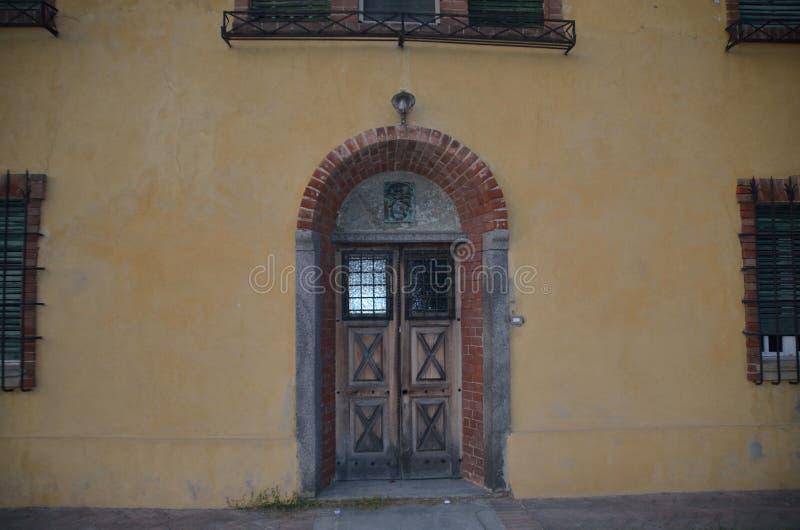 La casa de la puerta vieja está deshabitada ahora foto de archivo