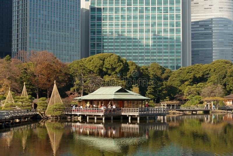 La casa de té en Hamarikyu, Tokio, Japón fotos de archivo