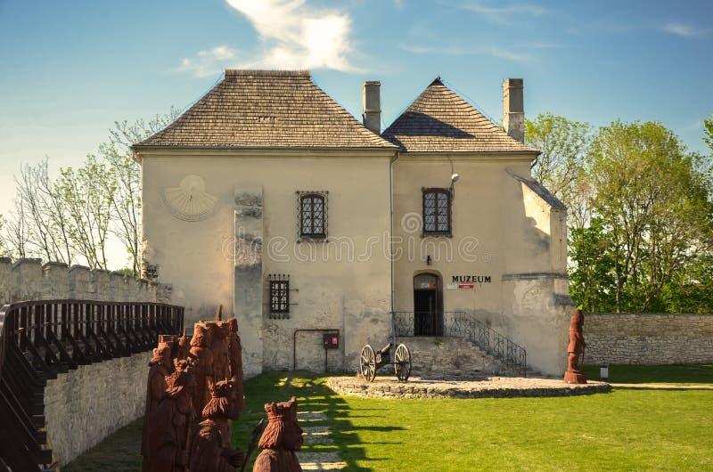 La casa de tesoro Skarbczyk, al lado del edificio del castillo real, Szydlow, Polonia fotografía de archivo