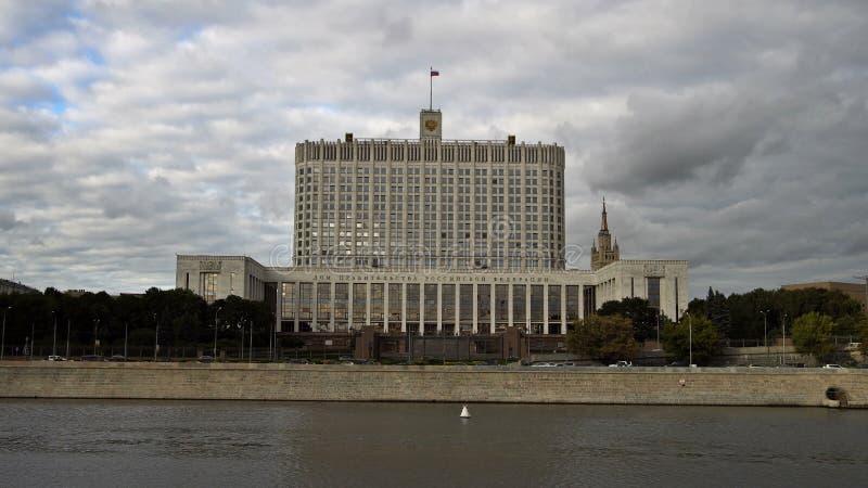 La casa del gobierno de la Federación Rusa (la Casa Blanca) y del terraplén del río de Moskva UHD - 4K almacen de video