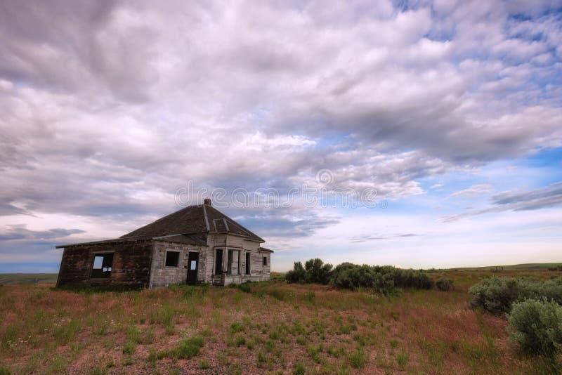 La casa di abbandono si siede nell'alto paesaggio del deserto fotografia stock