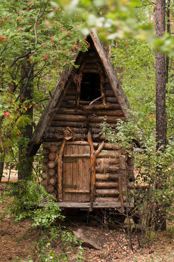 La casa di Baba Yaga nel parco fotografia stock