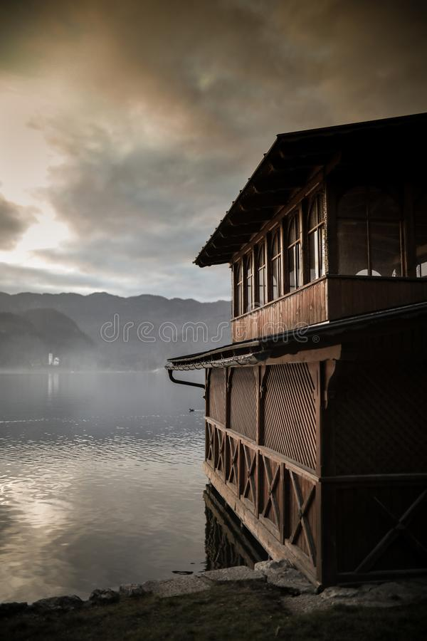 La casa di barca di legno sul lago ha sanguinato fotografia stock