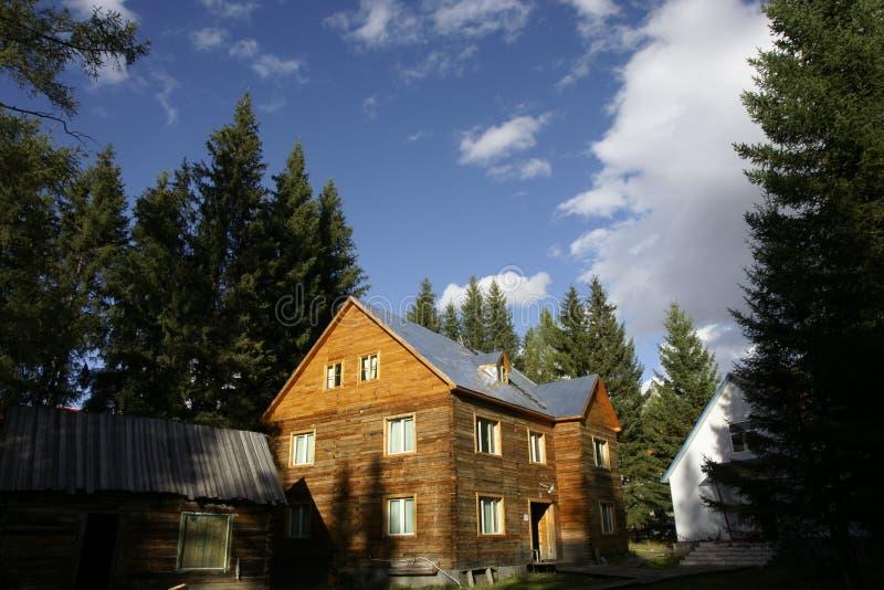 La casa di blocco per grafici in montagna fotografia stock