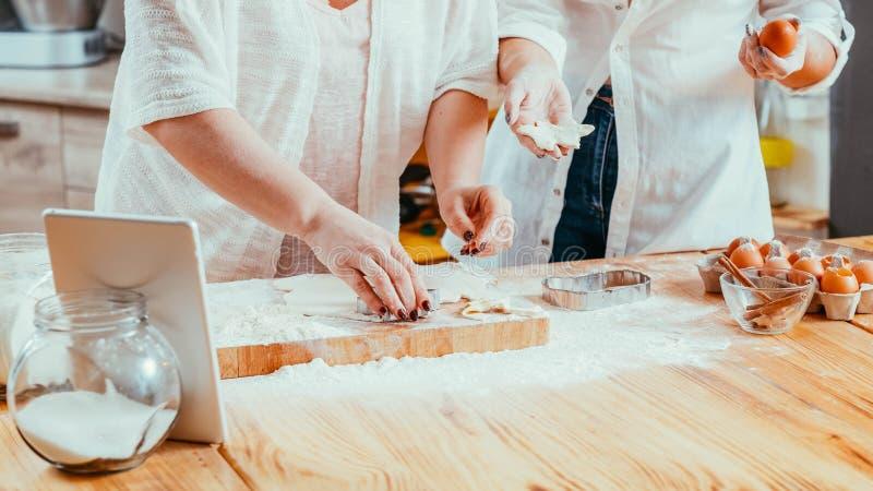 La casa di cottura delle donne cuoce lo svago di hobby degli alimenti fotografia stock