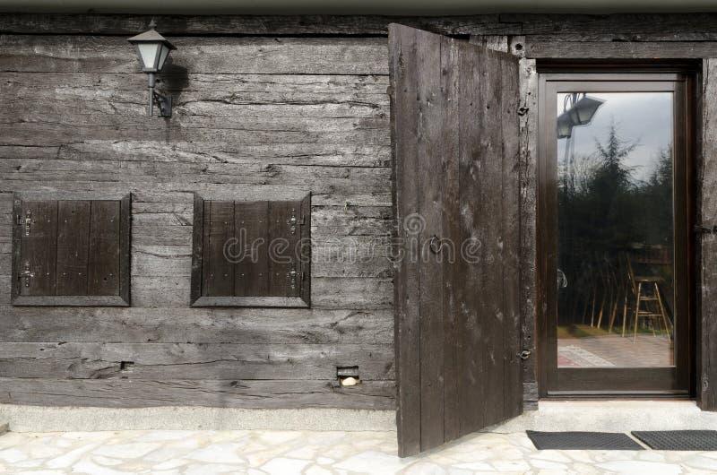 La casa di Etno dettaglia i portelli fotografia stock
