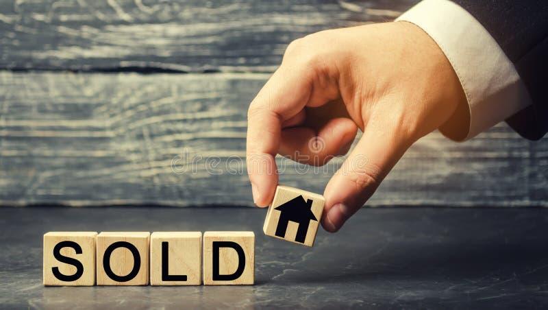 La casa di legno con l'iscrizione ha venduto vendita della proprietà, casa Alloggiamento acquistabile Vendita degli appartamenti  immagine stock