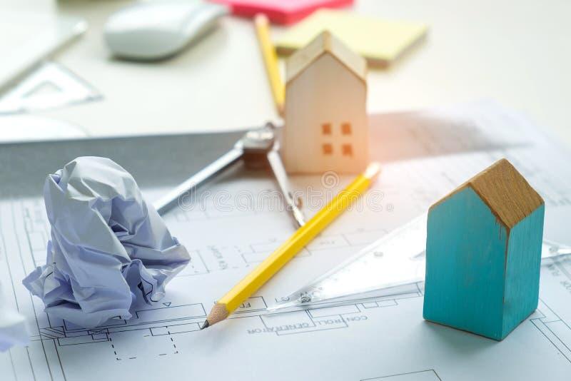 La casa di modello di concetto di progetto, la matita e la rotonda domestiche hanno messo sopra uff immagini stock libere da diritti