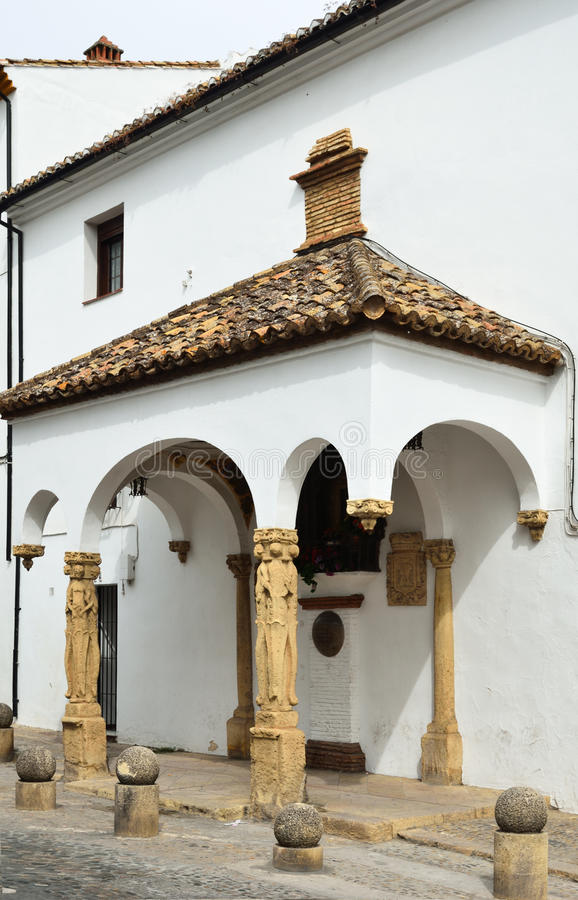 La casa di pietra antica con un portico fotografia stock for Piccola casa con avvolgente portico